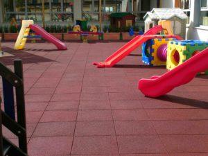 Piastrella in gomma per parco giochi rossa